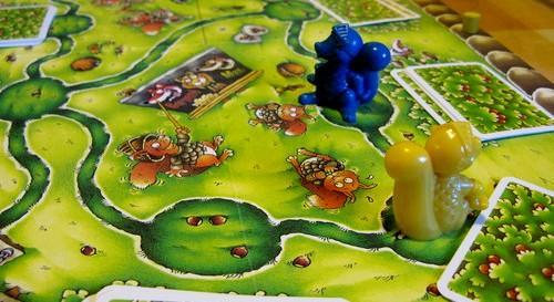 Sininen ja keltainen oravaritari ovat pähkinäjahdissa. Kuva: Antony Hemme / BGG