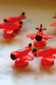 Tussilla korjattuja oransseja lentokoneita. Kuva: Mikko Saari