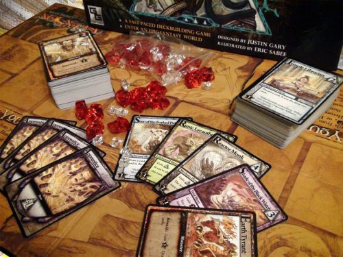 Ascensionin kortteja ja pelilauta. Kuva: José Carlos de Diego / BGG