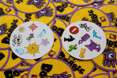 Kaksi korttia. Kuva: Mikko Saari