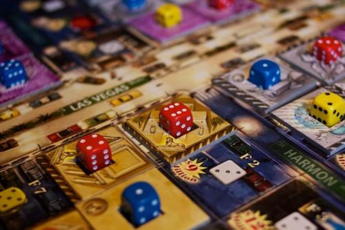 Punainen pelaaja hallitsee kasinoa. Kuva: Mikko Saari