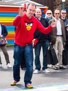 Peter Vesterbacka heittää lintua. Kuva: Mikko Saari