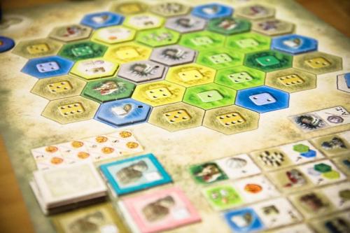 Lähikuvassa pelaajan oma lauta. Kuva: Cássio F. Lemos / BGG