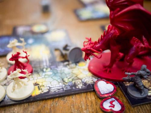 Punainen lohikäärme uhkaa seikkailijoita. Kuva: Guido Gloor / BGG