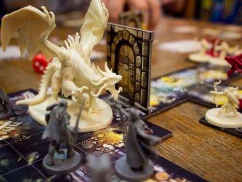 Valkoinen lohikäärme vartioi ovea. Kuva: Guido Gloor / BGG