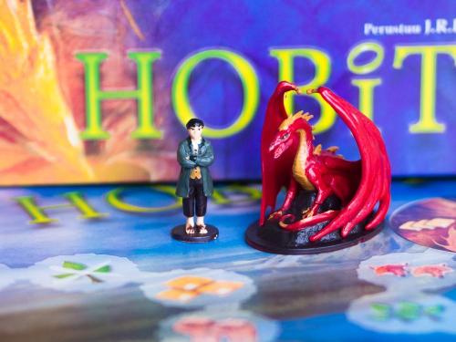 Smaug ja Bilbo ovat tyylikkäitä maalattuja figuureja. Kuva: Mikko Saari