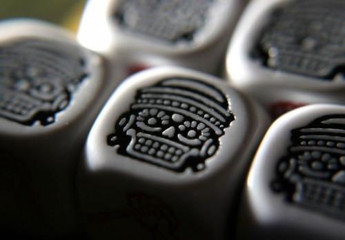 Musta naamio. Kuva: Mike Hulsebus / BGG