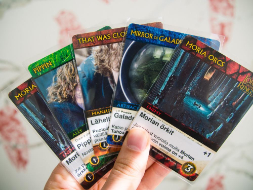 Käsi kortteja. Kuva: Mikko Saari