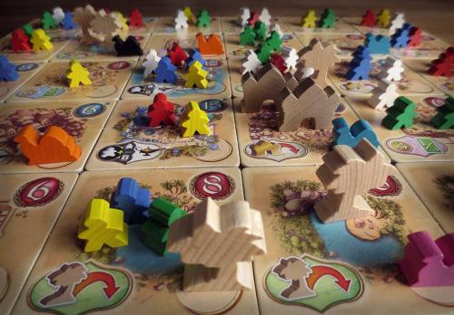 Pelin edetessä laudalle ilmestyy kaikenlaista tavaraa. Kuva: Sampsa Ritvanen