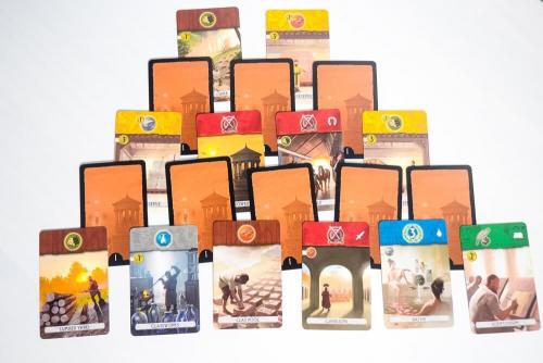 Ykkösaikakauden korttipyramidi. Kuva: Mikko Saari